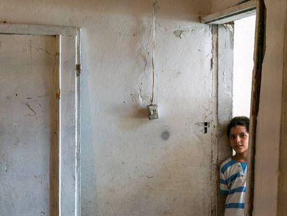 Un niño de 10 años posa en una de las habitaciones de su casa, en el barrio de Karantina (Beirut).