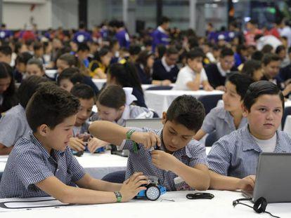 Los niños durante la clase de robótica de Robomath Challenge.