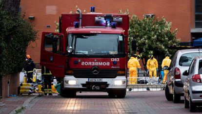 Varios bomberos, en la residencia de mayores Monte Hermoso de Madrid, en labores de desinfección en marzo.