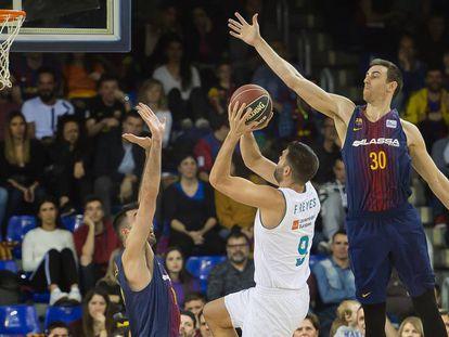 Felipe Reyes lanza ante Claver y Oriola