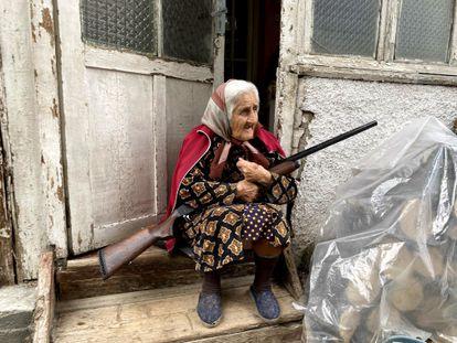 Una anciana con su escopeta en la puerta de su casa en Stepanakert, la capital del enclave separatista de Nagorno Karabaj, el domingo.