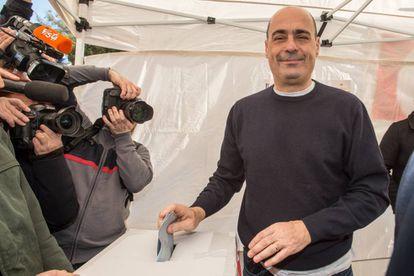 Nicola Zingaretti vota en las primarias de su partido.
