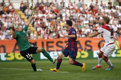 Messi supera a Toño en el 1-0.