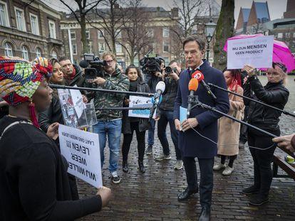 Varios padres afectados interpelan al primer ministro holandés, Mark Rutte, en La Haya el 26 de noviembre pasado.