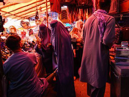 Mujeres en el bazar del barrio Khair Khana de Kabul, este domingo.