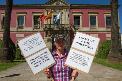 María Carrera en la puerta del Ayuntamiento de Vilagarcía