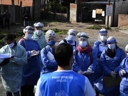 Voluntarios reciben instrucciones antes de comenzar la detección de casos positivos en Villa Fiorito.