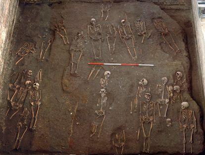 La investigación analizó restos de seis cementerios ingleses, como los del antiguo hospital de San Juan Evangelista de Cambridge que se muestran en la imagen.