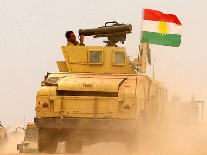 Soldados 'peshmerga' se acercan a la localidad de Bashiqa, el pasado viernes.