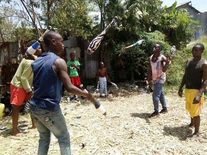 El equipo de jóvenes que entrena Douglas Irungu ensaya acrobacias en el gimnasio abierto en el barrio pobre de Mukuru, de Nairobi (Kenia).
