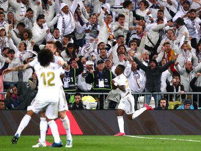 Marcelo abraza a Kroos, mientras Vinicius celebra su gol al fondo.