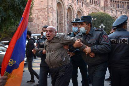 La policía armenia deteniente a un manifestante cerca del edificio del Gobierno, en Ereván, este martes.