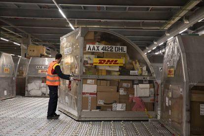 Un trabajador en las instalaciones de la empresa de reparto DHL en el centro de carga aérea del aeropuerto de Barajas, en Madrid.