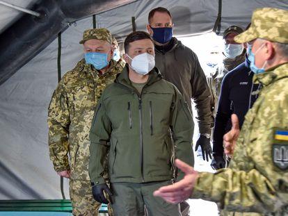 Volodímir Zelenski visita un hospital de campaña en la provincia de Donetsk, el 11 de abril.