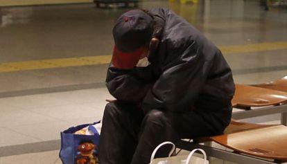 Una persona sin hogar en la estación de Sendai (Japón).