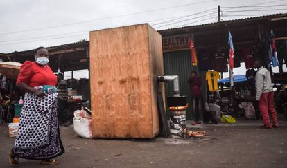 Una de las cabinas instaladas en plena calle en la capital de Tanzania.