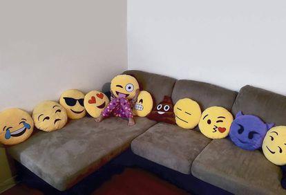 El salón de casa, tomado por los 'emojis' para diversión de los más pequeños (los mayores prefieren utilizarlos en el móvil).