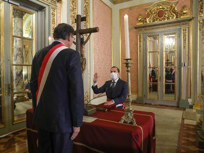 El general retirado Walter Martos jura como primer ministro de Perú ante el presidente, Martín Vizcarra.