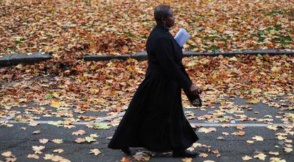Una pastora de la Iglesia de Inglaterra, camino del sínodo en Londres