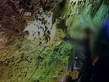Tres turistas arrancan y roban unas estalactitas de una cueva en China