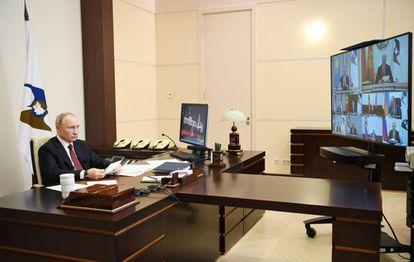 El presidente ruso, Vladímir Putin, en su despacho de Novo Ogarióvo.