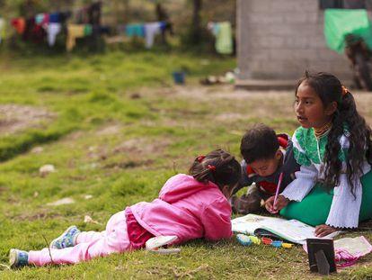 Tres niños juegan en las afueras de su casa ubicada en La Rinconada, provincia de Imbabura, Ecuador.