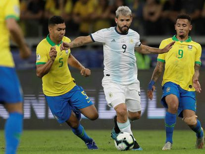 Casimiro y Gabriel Jesús disputan un balón con Sergio Agüero.
