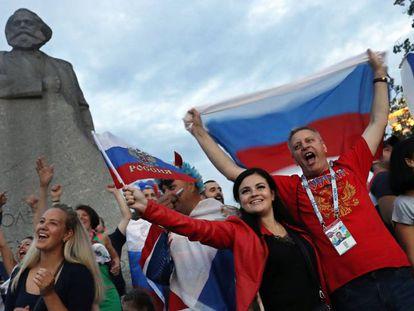 Seguidores rusos celebran la victoria de la selección de Rusia contra España el pasado domingo en Moscú.