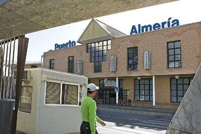 Edificio del puerto de Almería donde se han habilitado habitaciones para acoger a menores inmigrantes.