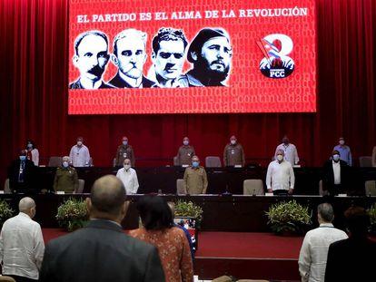 Raúl Castro, centro, el presidente cubano Miguel Díaz-Canel, tercero a la derecha y otros miembros fundadores del PCC, durante la sesión inaugural del VIII Congreso del Partido Comunista de Cuba en el Palacio de Convenciones de La Habana, el 16 de abril.