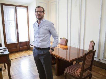 El alcalde de Vitoria, Javier Maroto (PP), durante la entrevista que ha ofrecido a la agencia Efe.