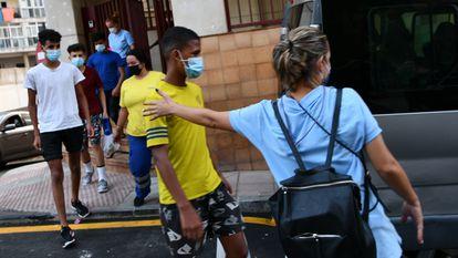 Un grupo de menores marroquíes abandona la sede los juzgados de Ceuta el pasado lunes.