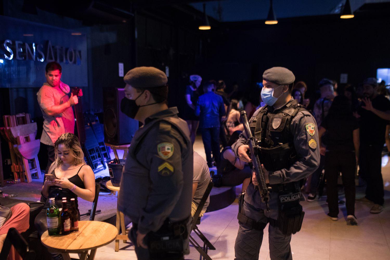 Policías clausuran un bar la semana pasada en Manaos en cumplimiento de las restricciones por el coronavirus.