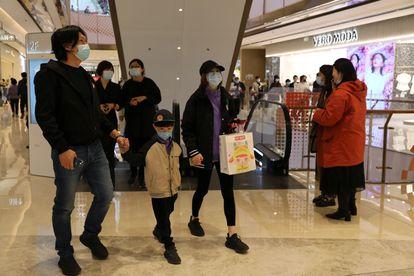 Clientes de un centro comercial de Pekín, la semana pasada.