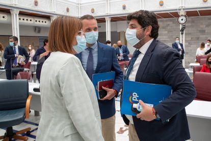 El presidente de la Región de Murcia, Fernando López Miras, conversa con la vicepresidenta Isabel Franco y con el portavoz del PP en la Asamblea Regional de Murcia, Joaquín Segado, este miércoles.