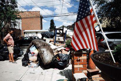 Seseorang memilah barang-barangnya dari rumahnya yang terendam banjir di wilayah Queens, New York, yang mengalami banjir besar dan banyak kematian setelah semalaman angin kencang dan hujan akibat sisa-sisa Badai Ida pada 3 September 2021.