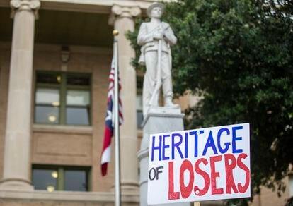 Protesta contra la estatua de un soldado confederado en Georgetown, Texas.