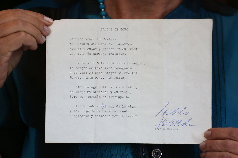 """Berta Teitelboim muestra la versión preliminar recientemente hallada del soneto """"Sangre de Toro"""", el 22 de septiembre en Santiago de Chile,"""