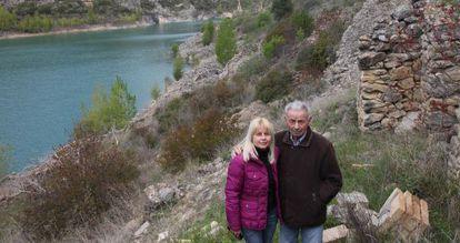 Josep Prats, con su hija Glòria, en las ruinas de Tragó de Noguera.