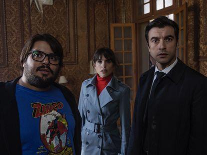 Brays Efe, Verónica Echegui y Javier Rey, en 'Orígenes secretos'.
