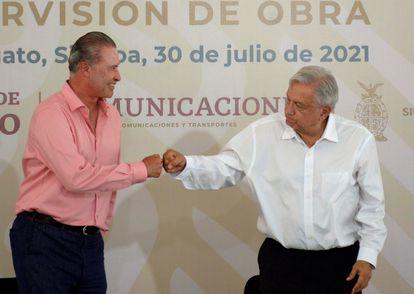 Andrés Manuel López Obrador saluda al exgobernador de Sinaloa Quirino Ordaz Coppel en julio.