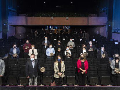 Representantes de las 13 salas de cine centenarias homenajeadas por la Acadèmia del Cinema Català, este martes, en la Sala Mozart de Calella.