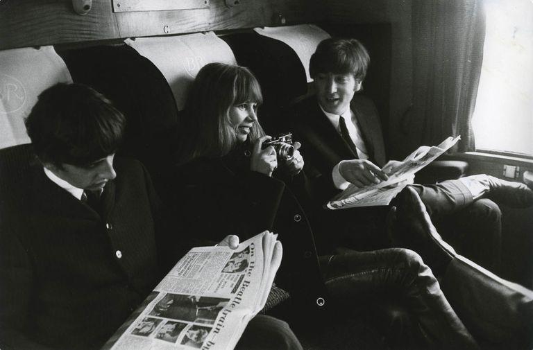 Astrid Kirchher con Ringo Starr y John Lennon.