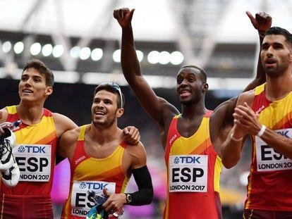 El equipo español de relevos tras calificar a la final.