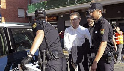 Serafín Castellano llega esposado al juzgado de Sagunto tras su detención el pasado mes de mayo.