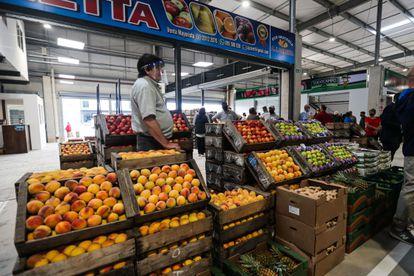 Un vendedor de frutas trabaja en Montevideo, Uruguay en febrero.