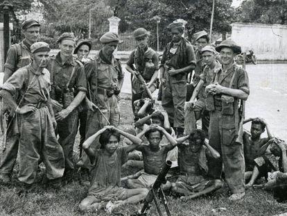 Soldados holandeses apuntando a combatientes indonesios, del libro 'Koloniale Oorlog'