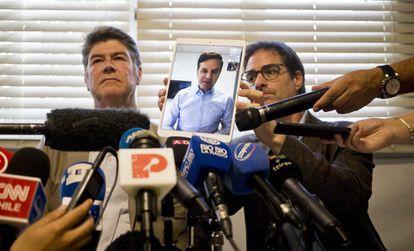 James Hamilton (i.), y José Andrés Murillo, con Juan Carlos Cruz conectado a través de una tableta, ante la prensa.