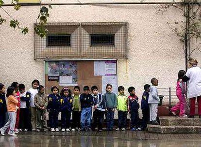 Alumnos, en el patio de un colegio de Cataluña que escolariza a numerosos inmigrantes.