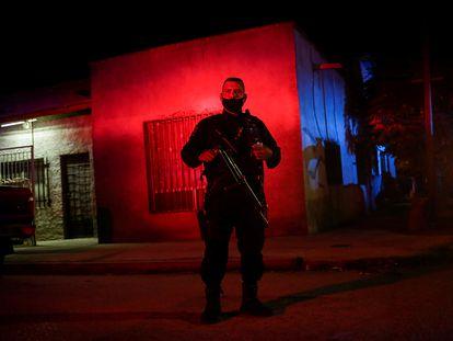 Un policía custodia la escena de un crimen en el centro de Ciudad Juárez, México.